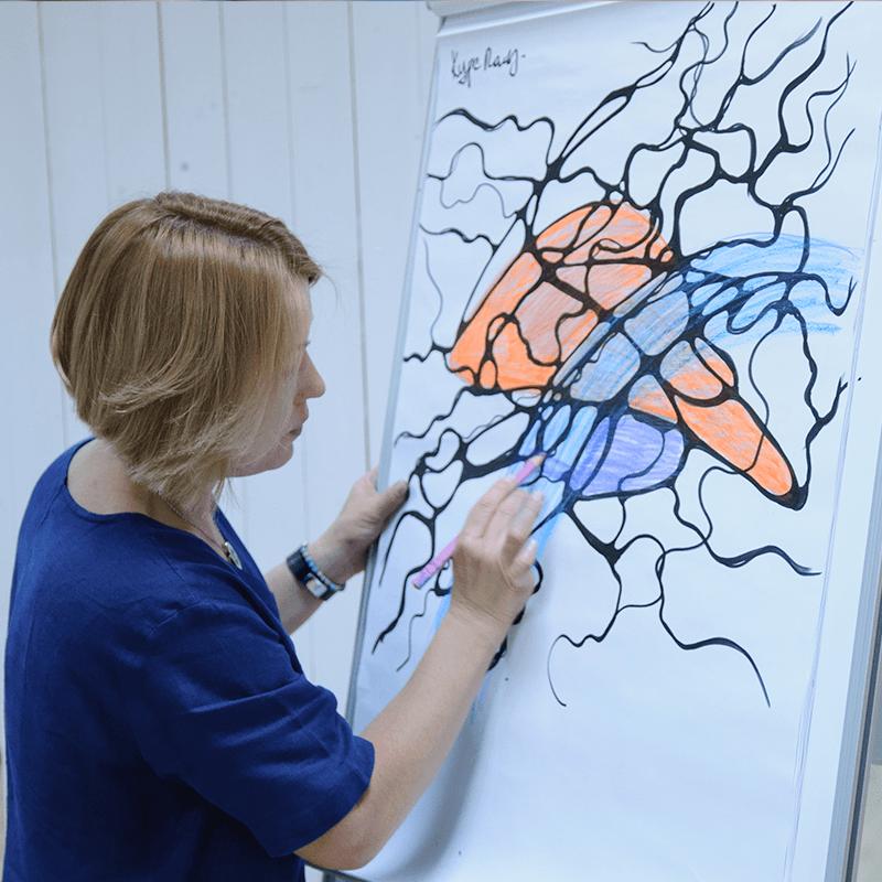 инструктор рисует