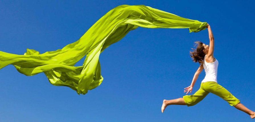 зеленая ткань развивается